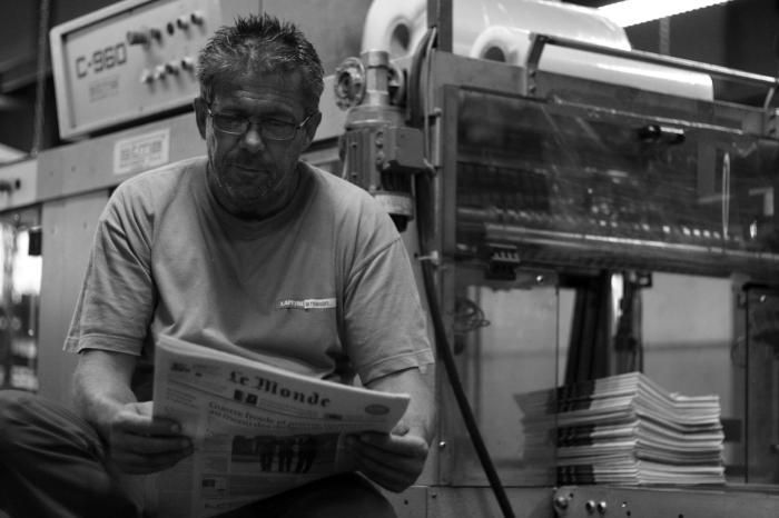 Les ouvriers ont les nouvelles les plus fraîches. Dernière lecture avant l'emballage des journaux.