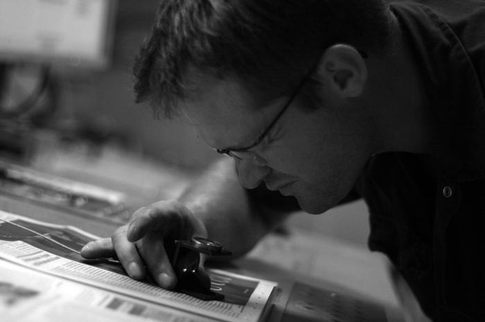 Tout au long de l'impression, des ouvriers contrôlent la typographie.