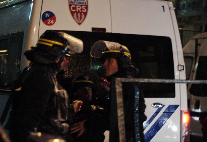 Un CRS est blessé lors des affrontements.